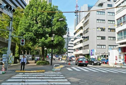 神谷町駅前の横断歩道