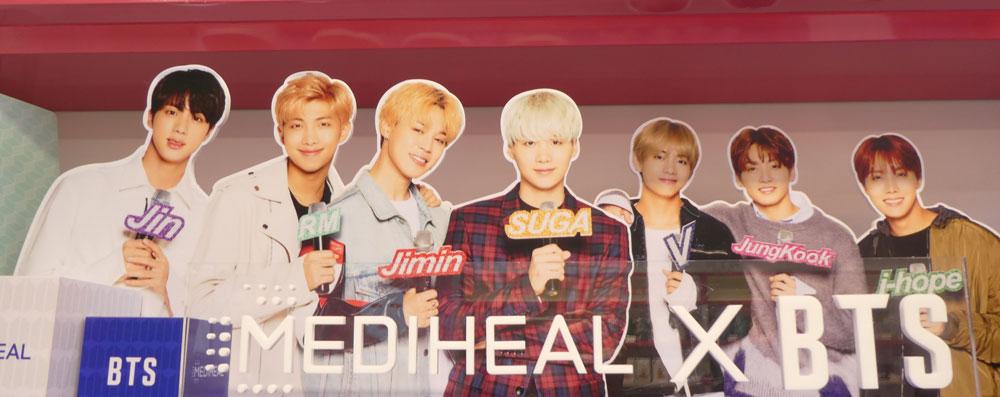 BTSメンバーが 名前表札を持っている写真