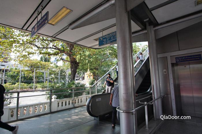 バンコクで地下鉄の乗り換え様子