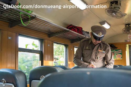 ドンムアン空港の電車の中