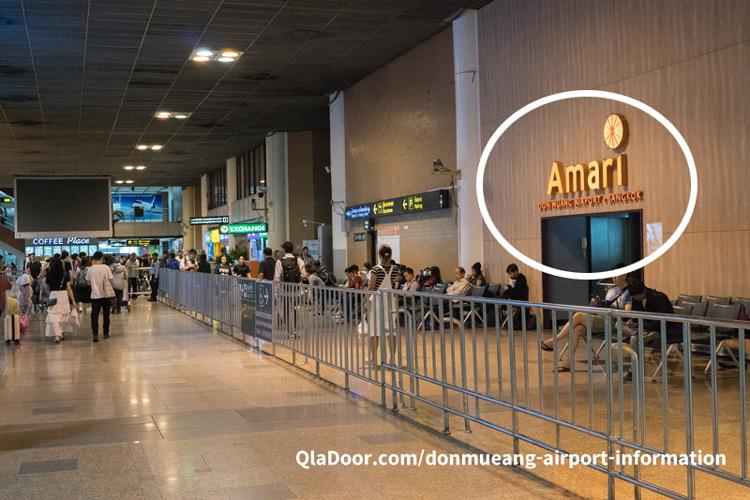 ドンムアン空港の到着ロビーから見えるアマリホテル