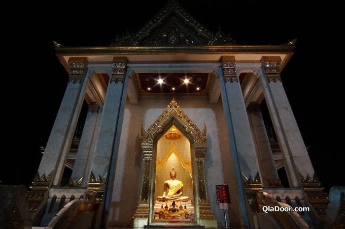 ワットトライミット(黄金仏寺院)の夜のライトアップ