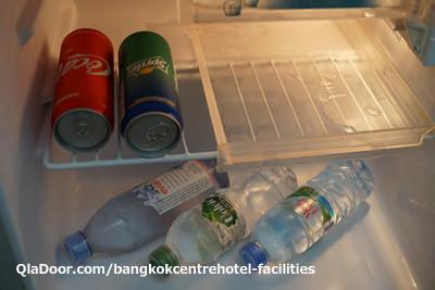 バンコクセンターホテル冷蔵庫中のお水とコーラ