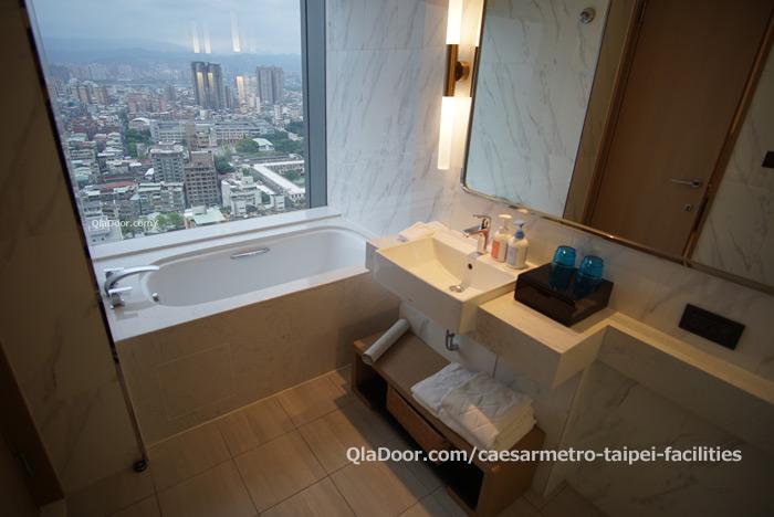 シーザーメトロ台北ホテルのお風呂と洗面化粧台