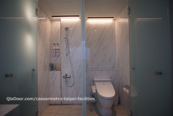 シーザーメトロ台北ホテルのシャワーとトイレ