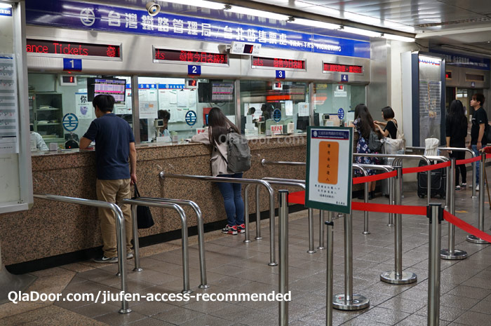 台北駅から九份まで電車の切符窓口