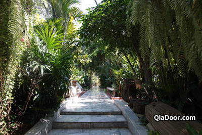 ワットパクナム・本堂の庭
