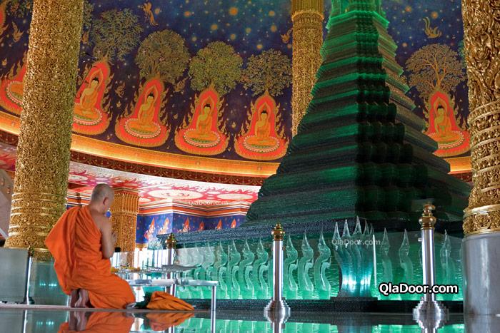 タイ・ワットパクナム寺院内の僧侶
