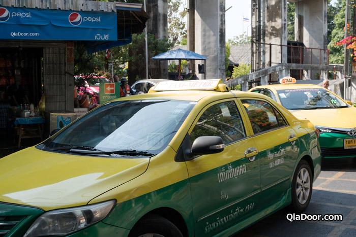 ワット・パクナム入り口のタクシー
