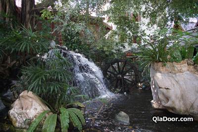 ワットパクナム寺院の庭