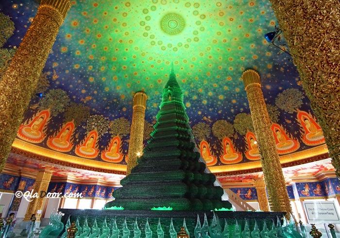 ワットパクナム大仏塔の最上階にある緑ガラス仏塔の写真