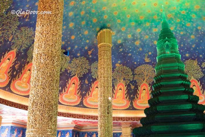 ワットパクナムのエメラルド寺院の内部の写真