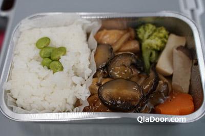 エアアジアX・ハワイの機内食・チキン照り焼きのマッシュルーム