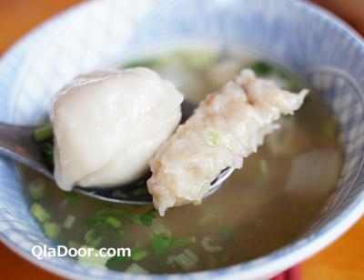 老台湾グルメ・阿伯魷魚羹の魚団子スープ