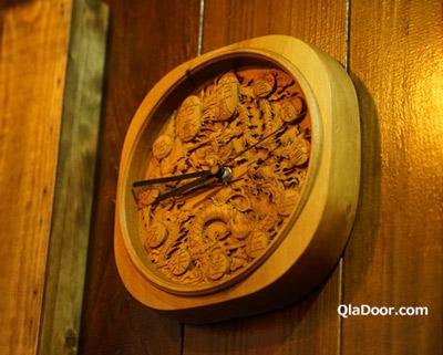 魯蛋茶酒館の木彫りで作り上げた時計