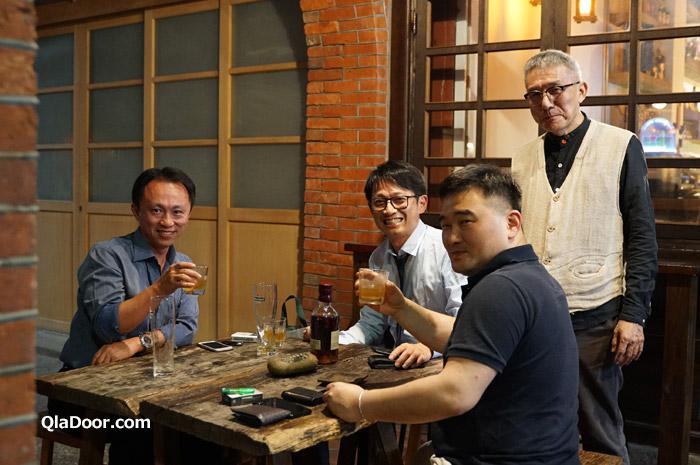 迪化街の魯蛋茶酒館前で地元の人たち