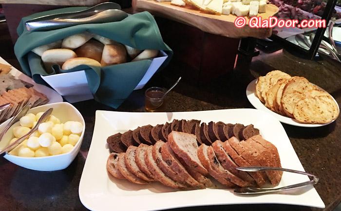 アウラニディズニーの食事メニューパンとクラッカー