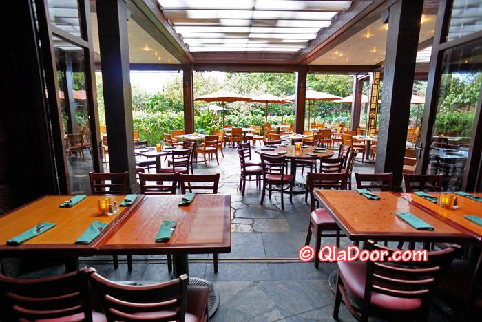 ハワイ・アウラニディズニーのキャラクター朝食場所のマカヒキレストランの内部