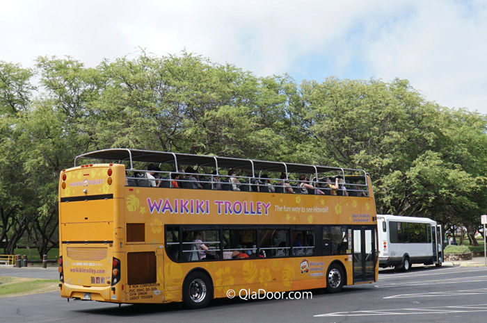 ハナウマ湾行きのブルーラインワイキキトロリーバス