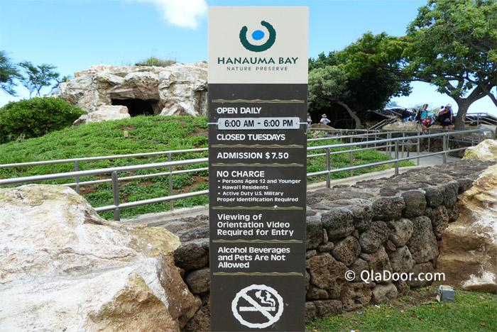 ハナウマ湾の入場料と休み・営業時間の看板