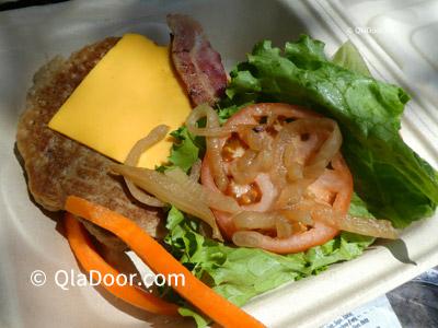 ハワイ観光・ハナウマ湾の食事ベーコンチーズバーガー