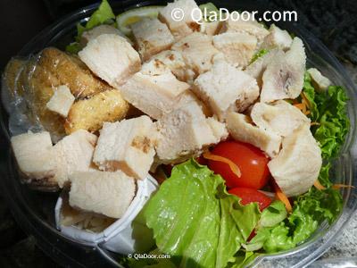 ハワイ観光・ハナウマ湾の食事チキンシーザーサラダ