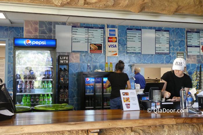 ハナウマ湾上の簡単な食事ができる売店