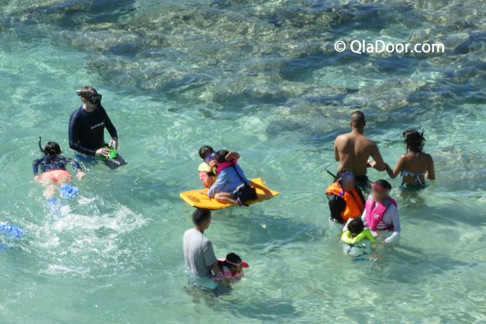 ハナウマ湾でシュノーケリングを楽しむ観光客