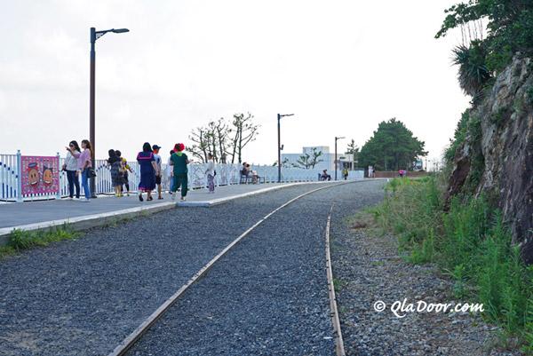 青沙浦タリットル展望台横の鉄路