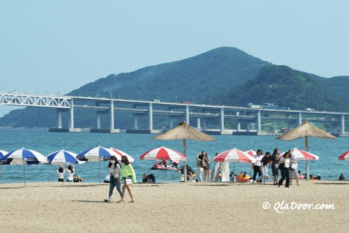 広安里ビーチの釜山の若者女子