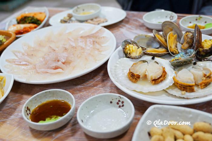 釜山チャガルチ市場で食べたヒラメ刺身とアワビ・ホタテ焼