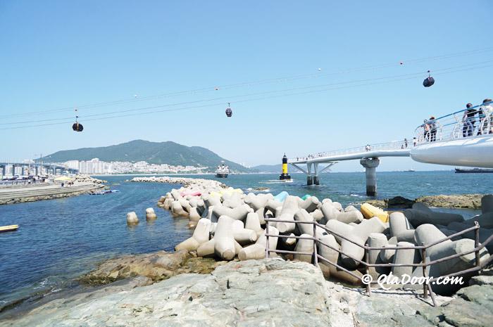 釜山松島クルム散策路と後ろで見える松島海上ケーブルカー