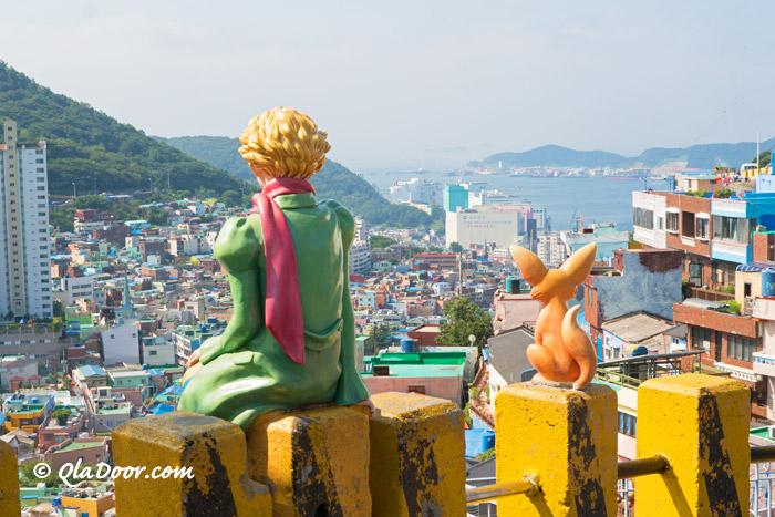 釜山観光スポット甘川文化村で有名な星野王子様とキツネ