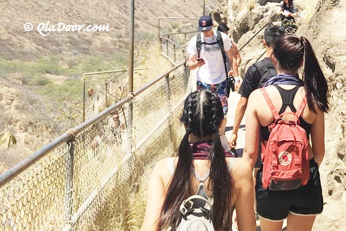 ダイアモンドヘッド登山・欧米人観光客の服装