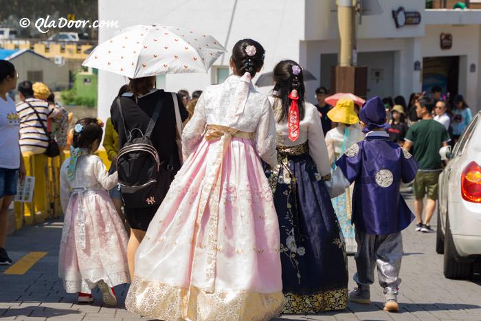 釜山甘川文化村でチマチョゴリ体験中の観光客