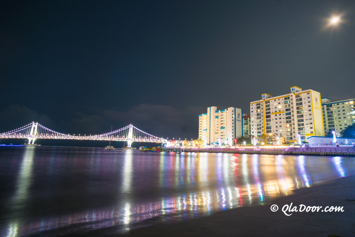 広安里ビーチと広安大橋の夜景写真