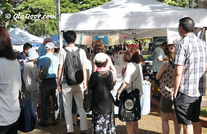 ハワイ・kccファーマーズマーケットのおすすめグルメアワビ店の行列