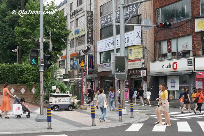 釜山西面のカフェ通りの学生と若者
