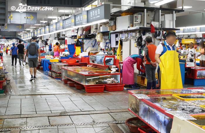 釜山チャガルチ市場の数多くのお店