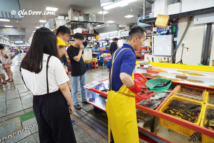 釜山チャガルチ市場での観光客