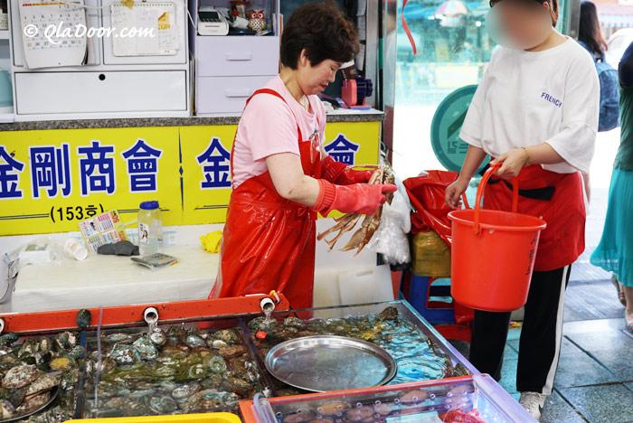 釜山チャガルチ市場でカニを買う様子