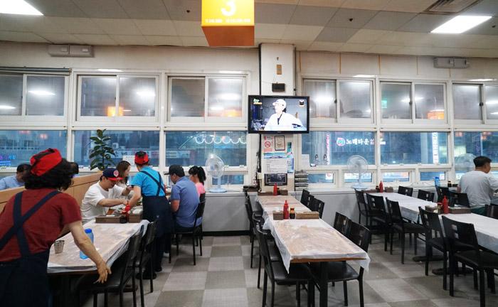 チャガルチ市場の2階の食堂と値段