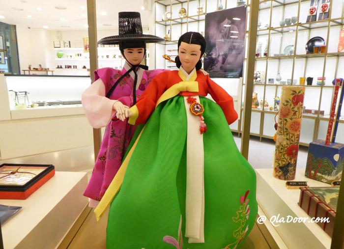 韓服を着ている韓国の人形