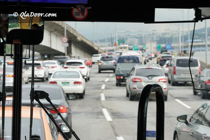 交通渋滞の仁川空港行きのリムジンバスの中