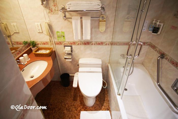 コスモスホテル台北のお風呂の浴槽とトイレ