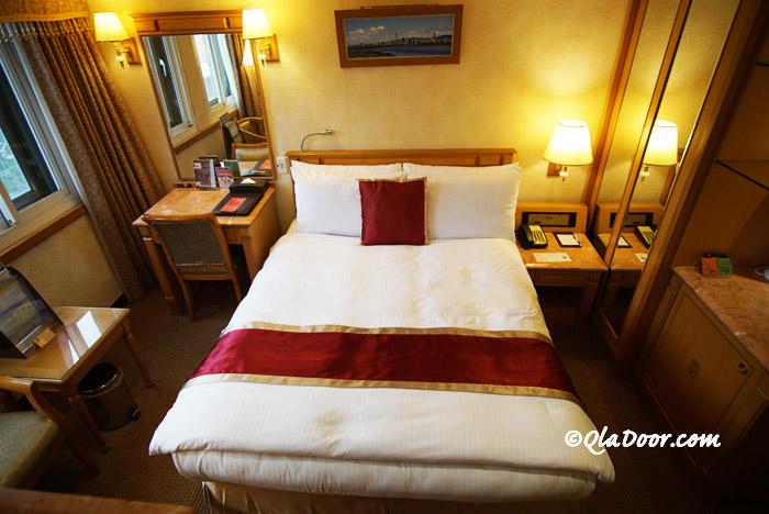 コスモスホテル台北の部屋のベッド