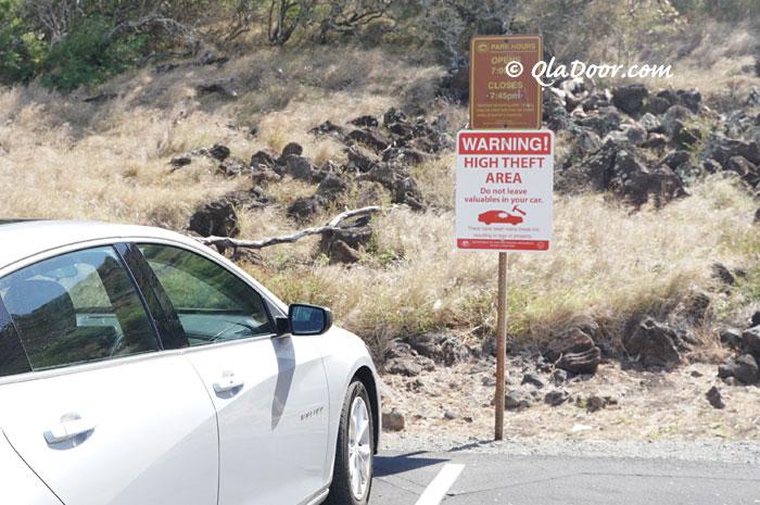 ハワイで車上荒らしの注意書き看板