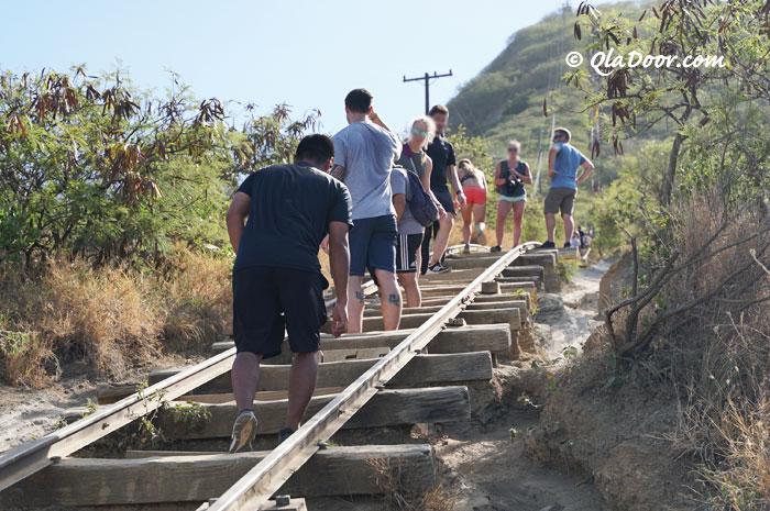ハワイ・ココヘッドトレイルを登山中の人たち