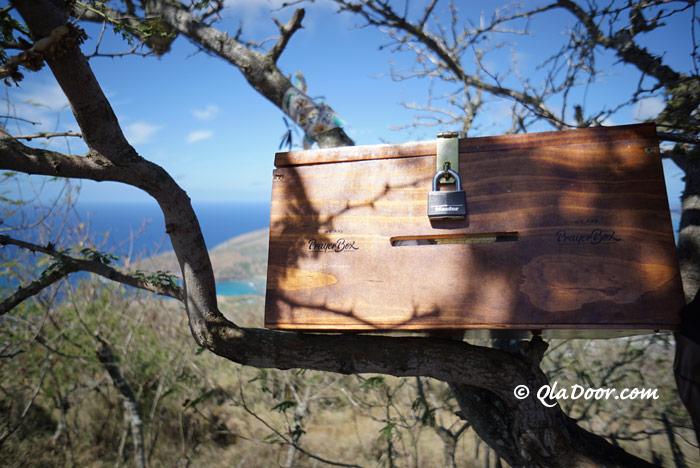 ハワイ・ココヘッドトレイル頂上のお祈りのメッセージ箱