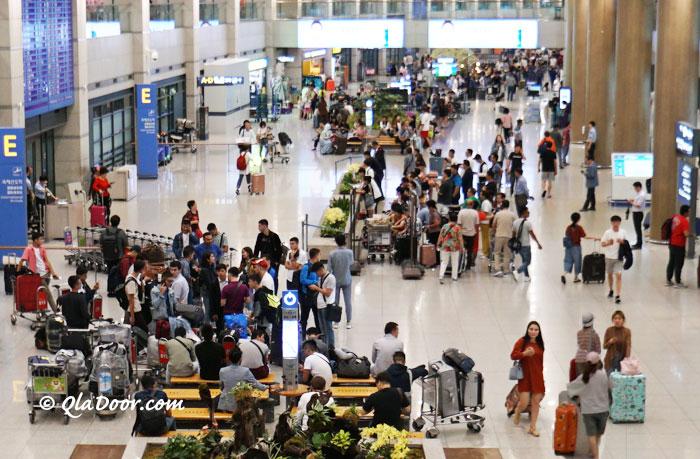韓国仁川空港の色々な国の観光客達